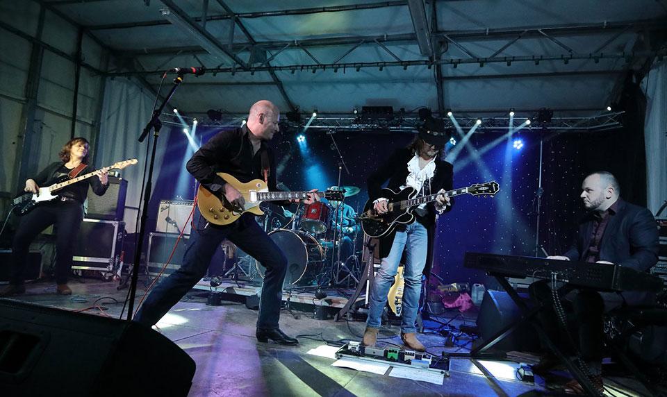 Jimmytry joue avec le groupe Spirit of Memphis
